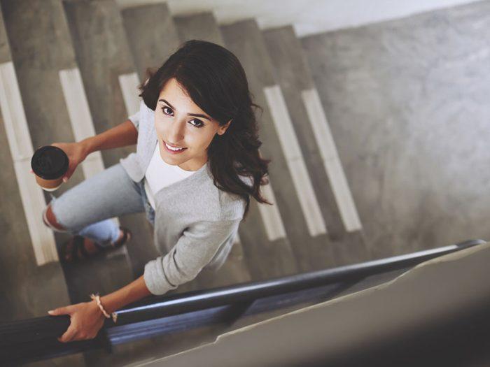 Pour couper 100 calories par jour, prenez les escaliers plutôt que l'ascenseur.