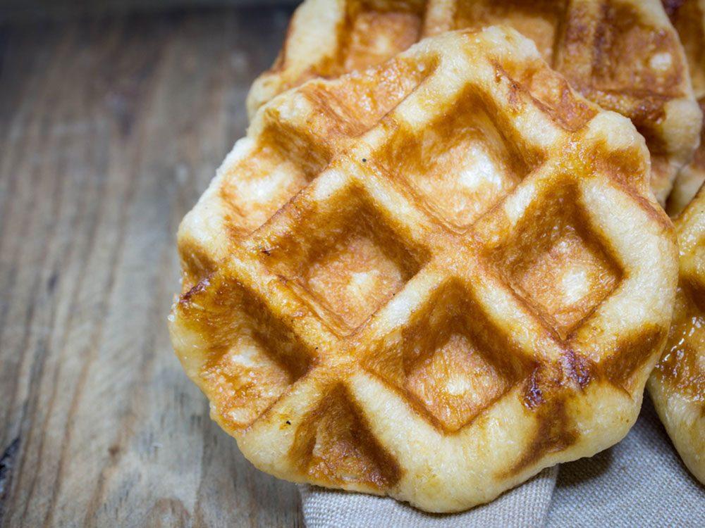 Pour couper 100 calories par jour, optez pour des gaufres au babeurre moins caloriques.