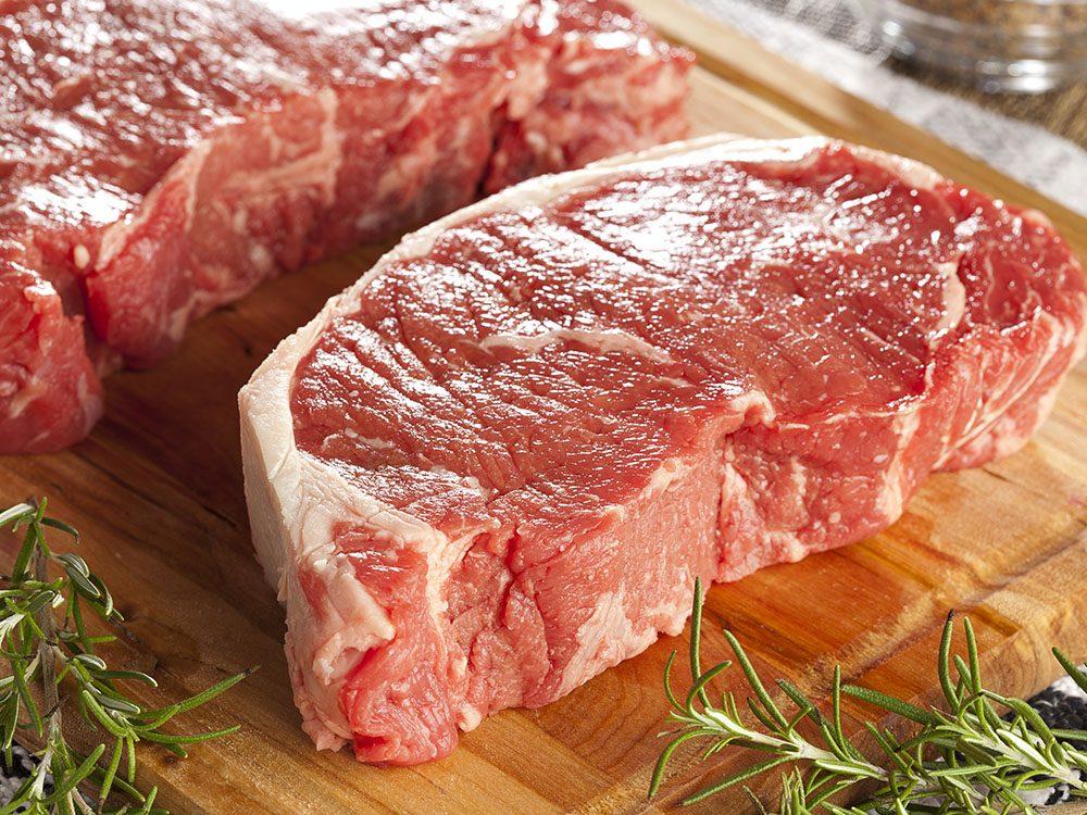 Pour couper 100 calories par jour, enlevez le gras de la viande.