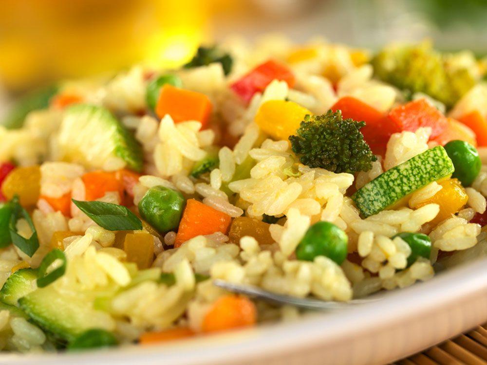 Pour couper 100 calories par jour, mettez des légumes dans vos féculents.