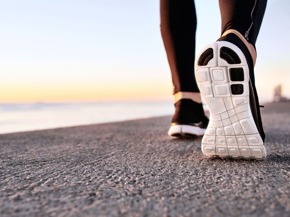 Pour couper 100 calories par jour, essayez la marche rapide.