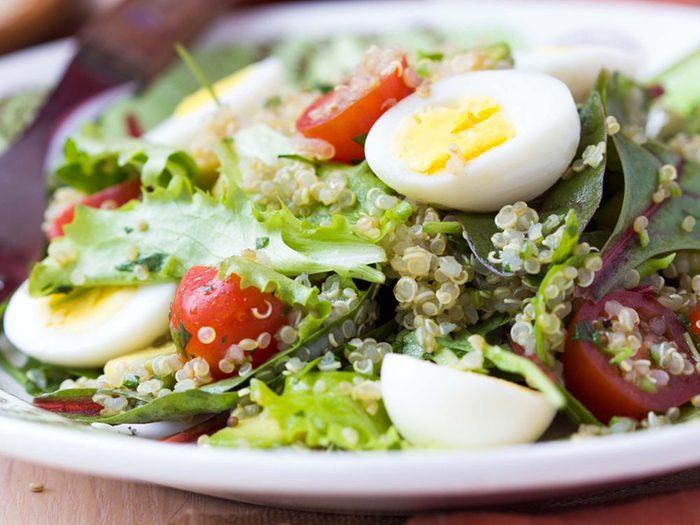 Pour couper 100 calories par jour, mettez des oeufs dans la salade plutôt que du fromage.