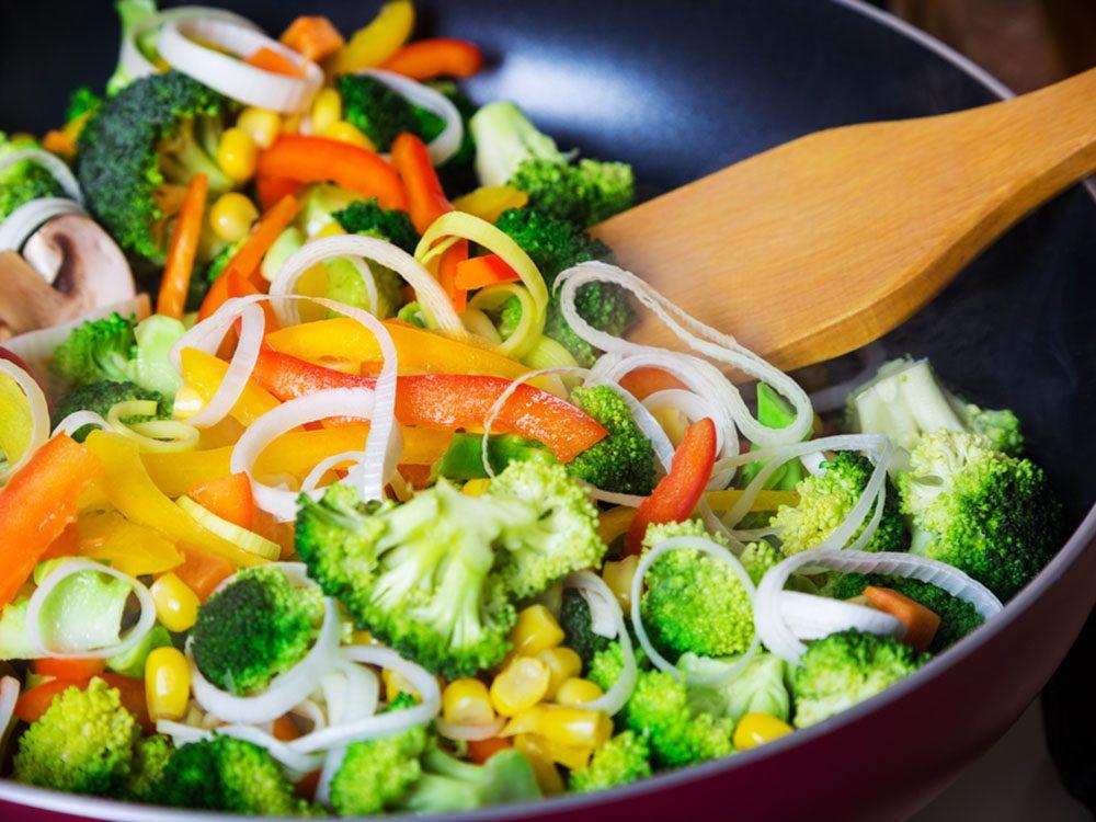Pour couper 100 calories par jour, optez pour une poêle antiadhésive pour réduire les corps gras.