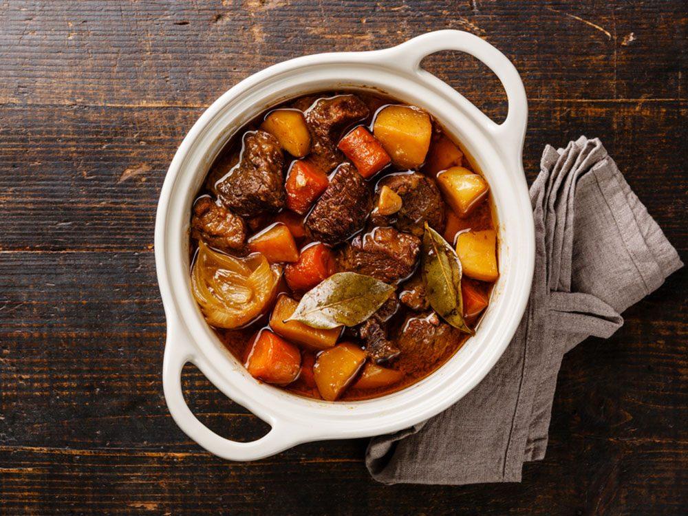 Pour couper 100 calories par jour, optez pour un ragoût plutôt que des viandes grasses.