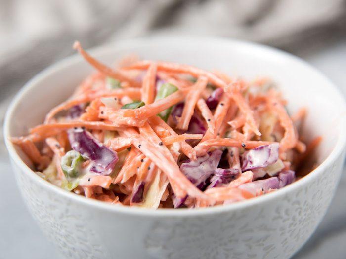 Pour couper 100 calories par jour, diluez votre salade du commerce.