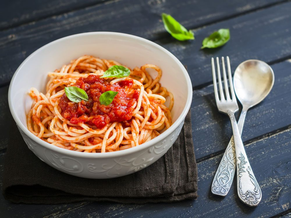 Pour couper 100 calories par jour, optez pour une sauce à la tomate plutôt qu'à la viande.