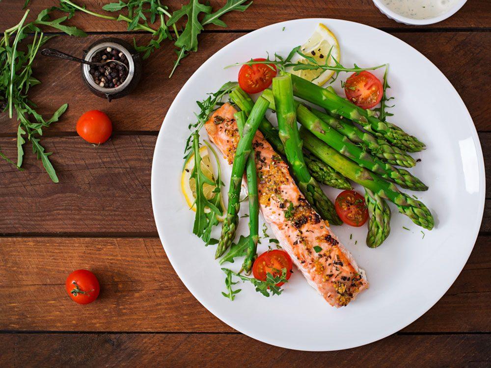 Pour couper 100 calories par jour, troquez le viande grasse pour du saumon.