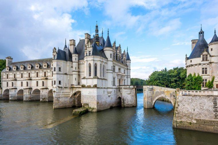 Ce magnifique palais construit sur les rives du Cher possède de somptueux jardins ouverts au public.