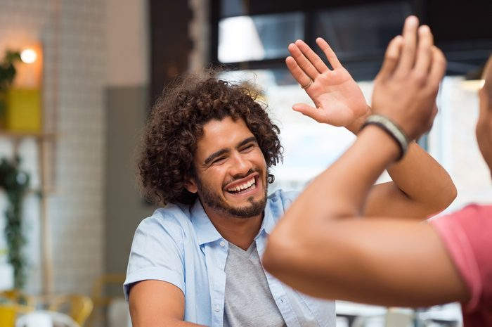 Entretenir divers réseaux d'amis permettrait une stimulation efficace et positive de vos facultés mentales.