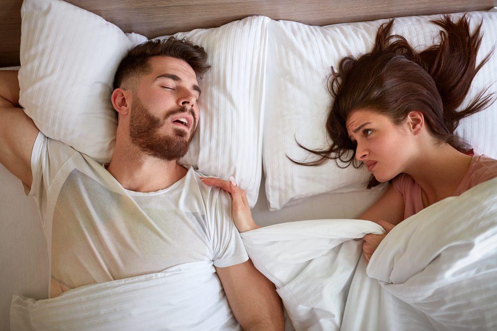 Il existe de nombreuses raisons aux ronflements. Et bien qu'ils ne vous incommodent peut-être pas, ils dérangent fort probablement votre partenaire.