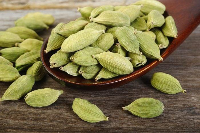 La cardamome est un excellent remède naturel contre le mal de ventre
