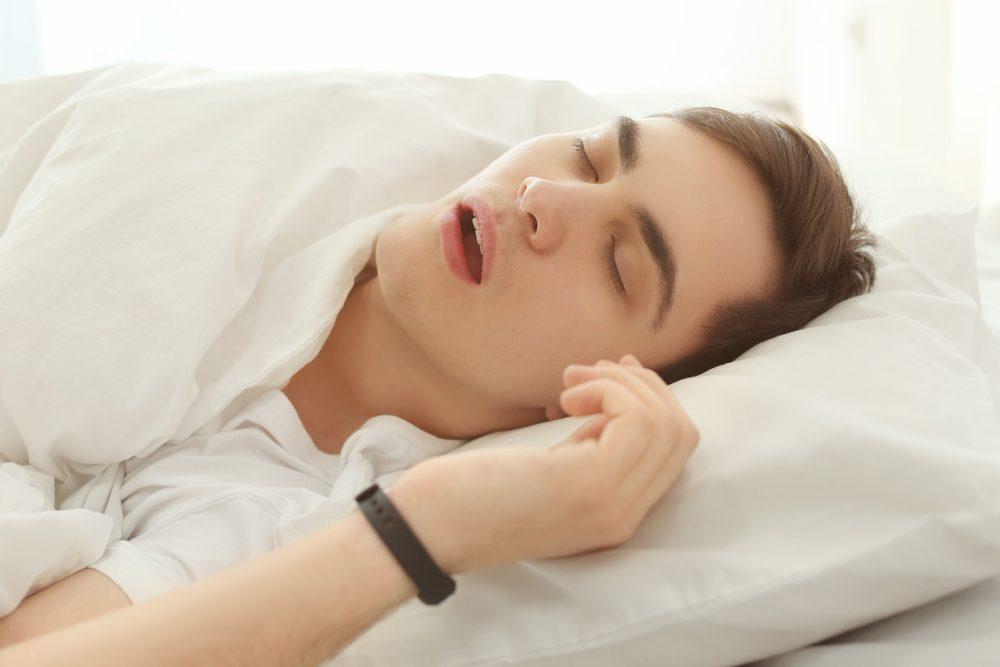 Il s'agit d'un autre type de ronflement, caractérisé par de courtes interruptions de la respiration.
