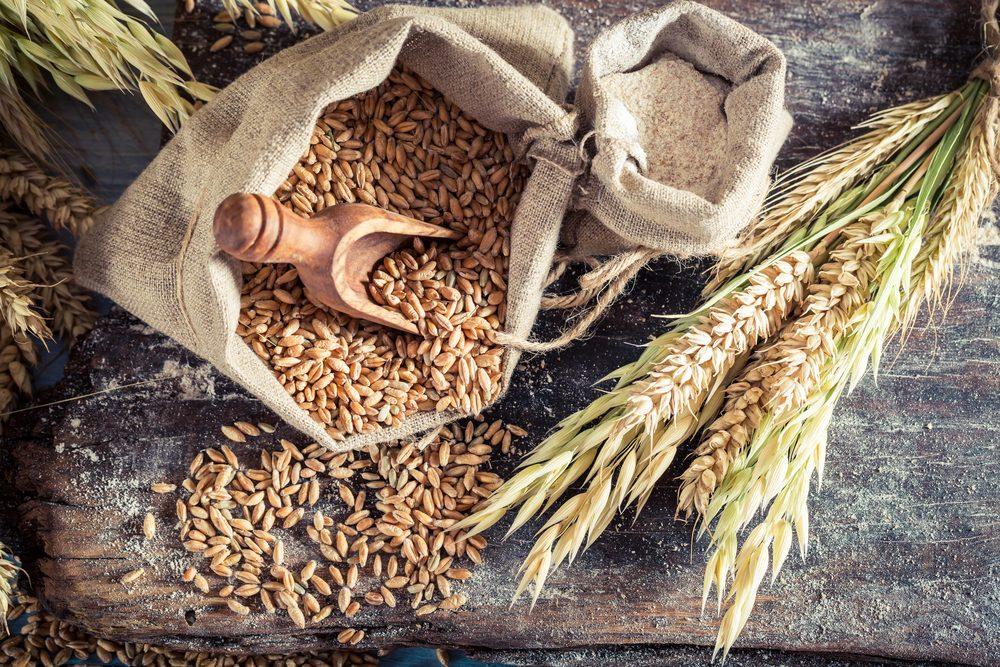 Des grains raffinés sont éliminés le son et le germe. Ces deux parties contiennent la fibre diététique, la vitamine B et le fer. On tente donc d'éliminer le pain et le riz blancs et la plupart des pâtes, qui sont tous à bases de grains raffinés.
