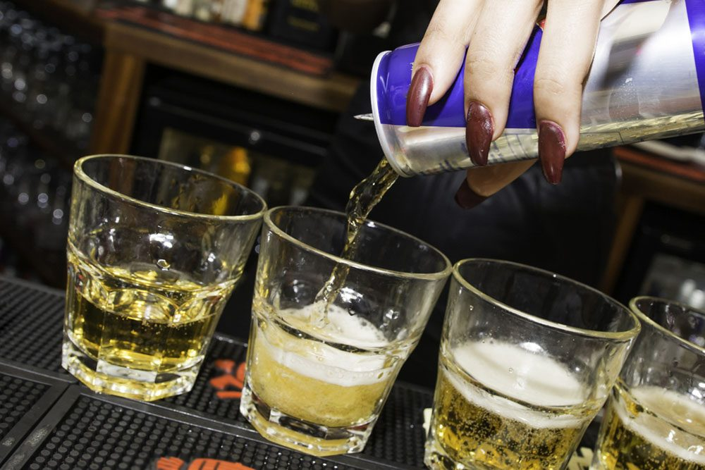 Les boissons énergisantes sont bourrées de caféine et de stimulants.