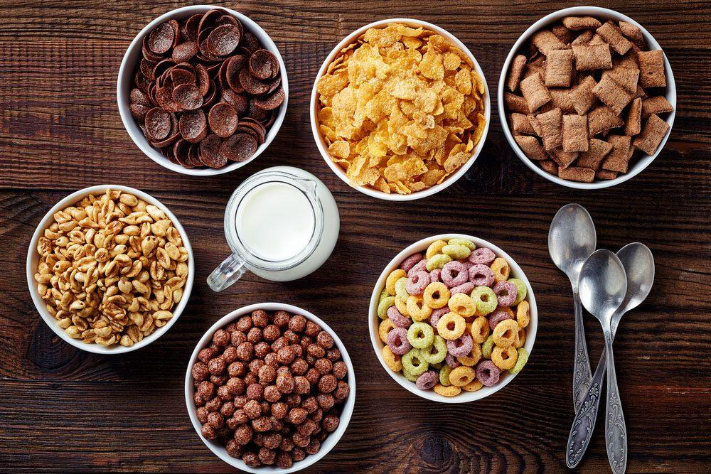 Les céréales en boîtes sont un déjeuner facile, mais sont riches en glucides et faibles en fibres.