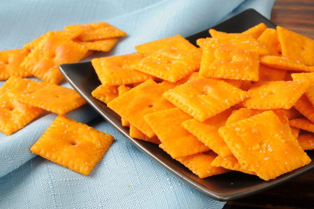 Les collations à saveur de fromage contiennent des produits chimiques, beaucoup de gras et du glutamate monosodique.