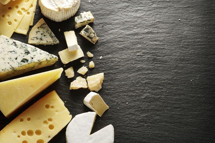 Le fromage est riche en calories, en gras saturés et en sodium.