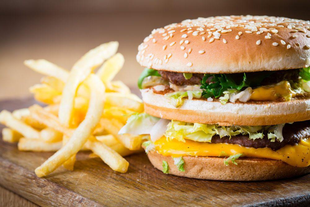 La viande contenue dans ces hamburgers provient d'animaux gavés aux hormones et élevés dans des parcs d'engraissement.