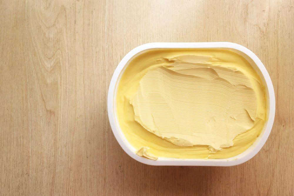 La margarine est faite à base d'huiles hautement raffinées, comme l'huile de soja et de palme.