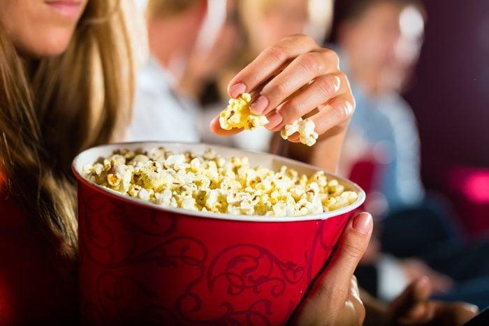Le maïs soufflé vendu dans les cinémas est rempli de beurre et de sel.