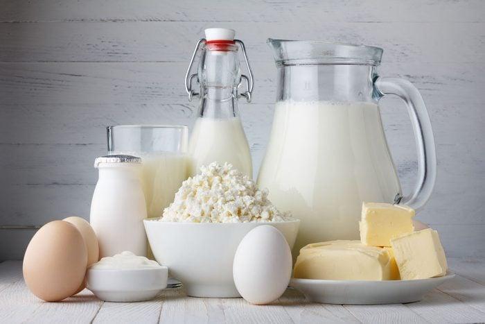 Le lait pasteurisé a perdu ses bonnes bactéries et enzymes. De plus, on ignore comment les vaches dont il provient ont été nourries et élevées.