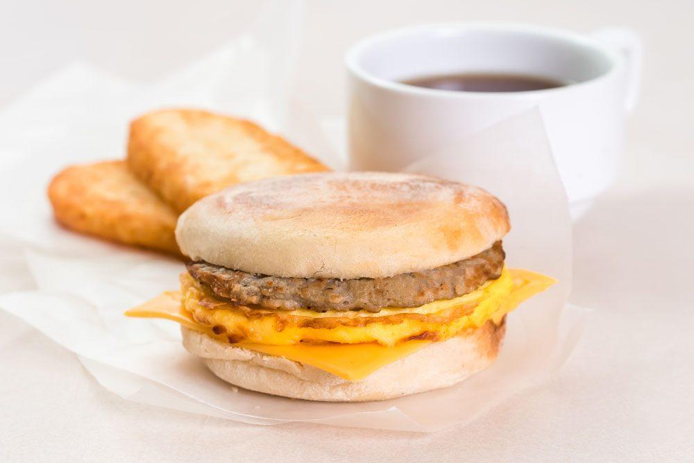 Ces sandwiches, remplis de gras trans, peuvent augmenter le mauvais cholestérol et faire diminuer le bon, augmentant ainsi le risque de maladies cardiaques.