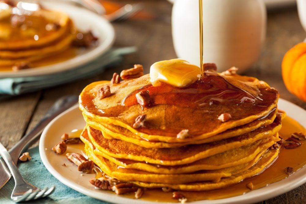 Le sirop de table est plein d'ingrédients et de colorants artificiels et est fait à base de sirop de maïs.