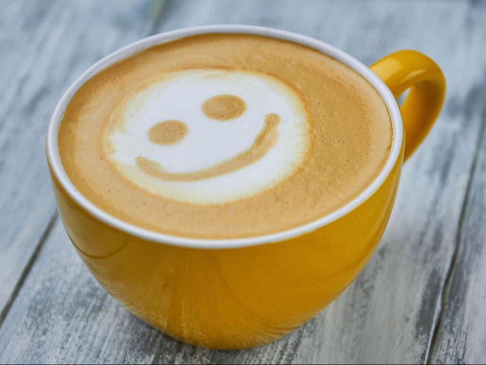 Pour arrêter un mal de tête, commencez par réduire la caféine.
