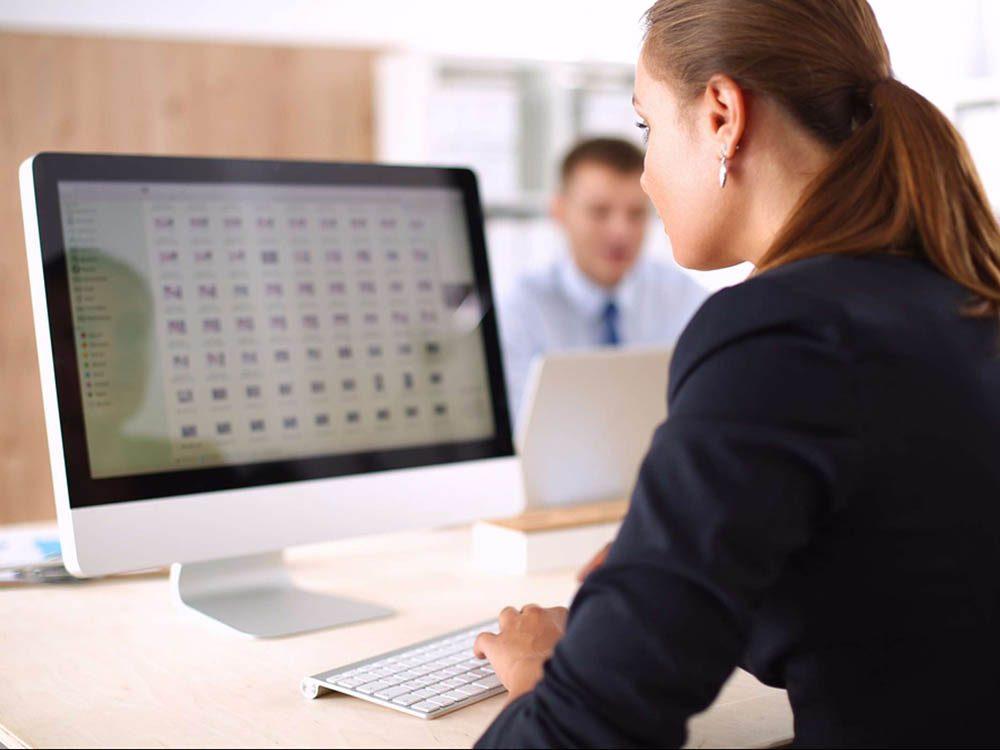 Limiter l'utilisation des écrans pour réduire le mal de tête.