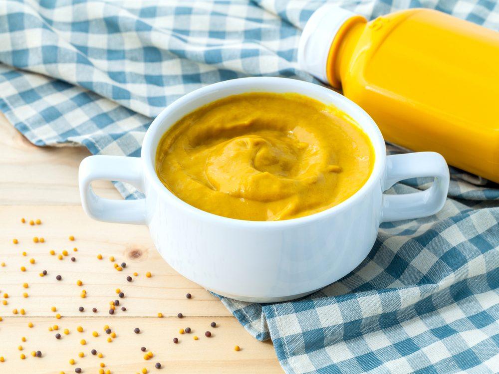 Masque pour le visage maison à base de moutarde.