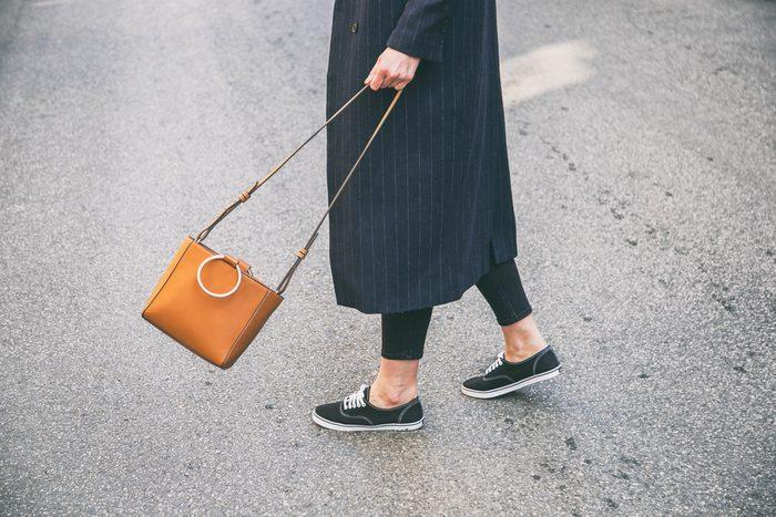 Un sac trop lourd peut causer des problèmes de dos