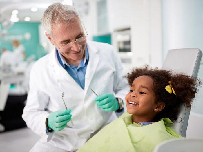 Planifier des examens dentaires et des nettoyages avant la rentrée scolaire.