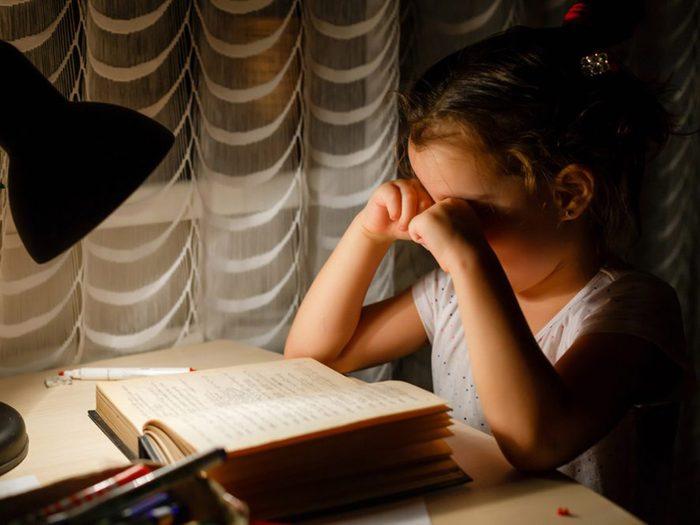 Inciter les plus grands à se mettre au lit avant la rentrée scolaire.