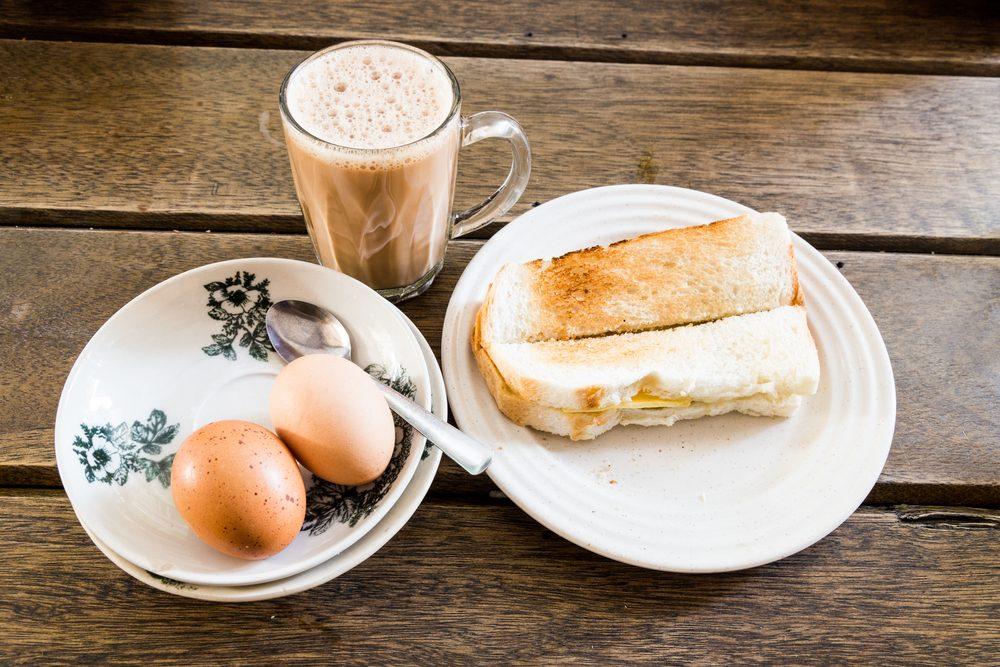 Ce qui distingue le kaya toast, c'est sa garniture: sucre, confiture de noix de coco, œuf poché, feuilles de pandan et beurre.