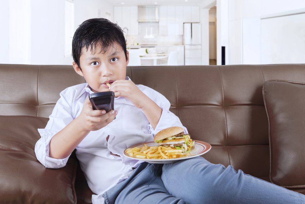 Manger devant la télé peut vous faire manger davantage.