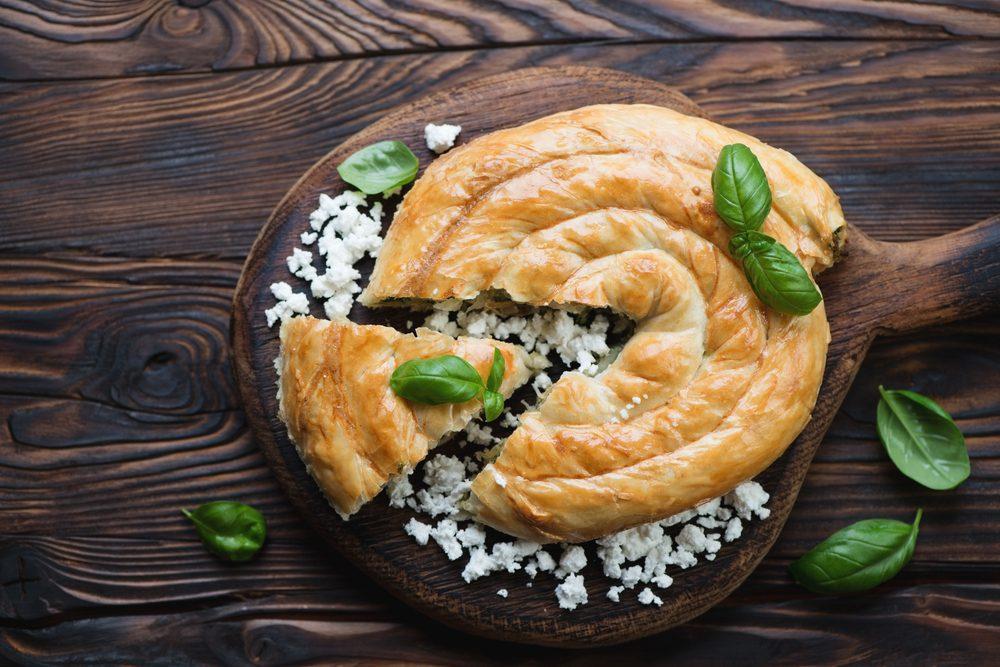 Le burek est farci de boeuf et de fromage.