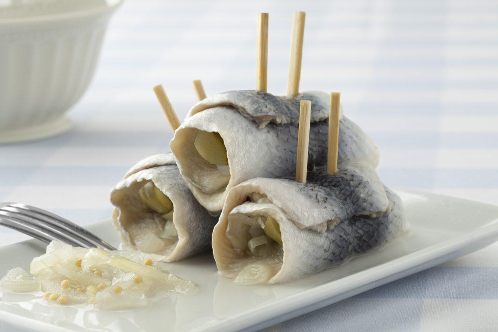 Les rollmops sont des cornichons et de tranches d'oignons enroulés dans un filet de hareng mariné.