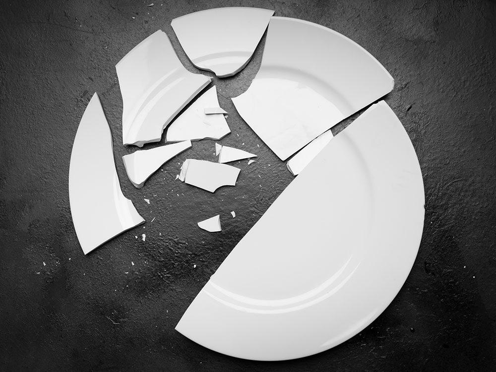 Superstitions: casser une assiette pour la chance