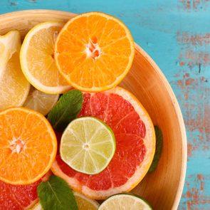 La vitamine C permettrait de protéger contre le rhume.