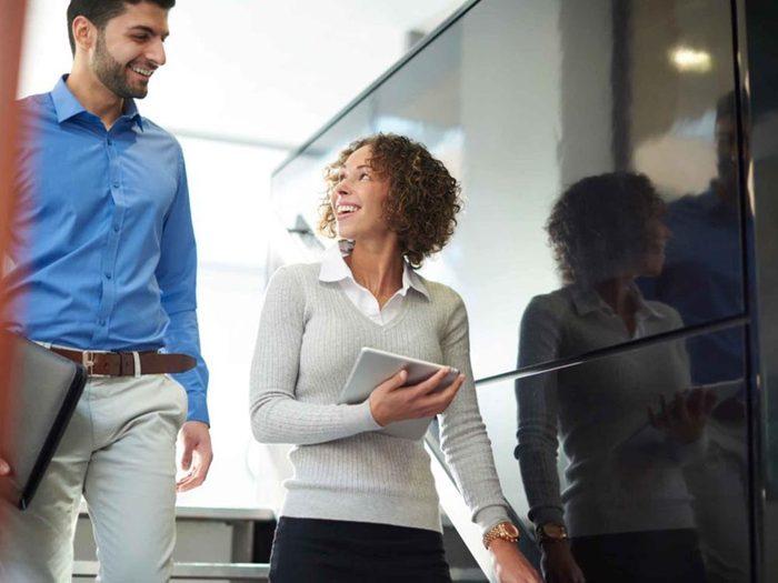 10 000 pas par jour: quitter le bureau pendant quelques minutes pour marcher ou discuter pour aidera à avoir l'esprit plus clair.