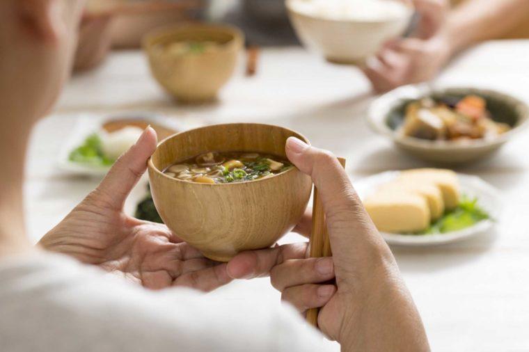 Au Japon, ce n'est pas malpoli de manger sa soupe en faisant du bruit.