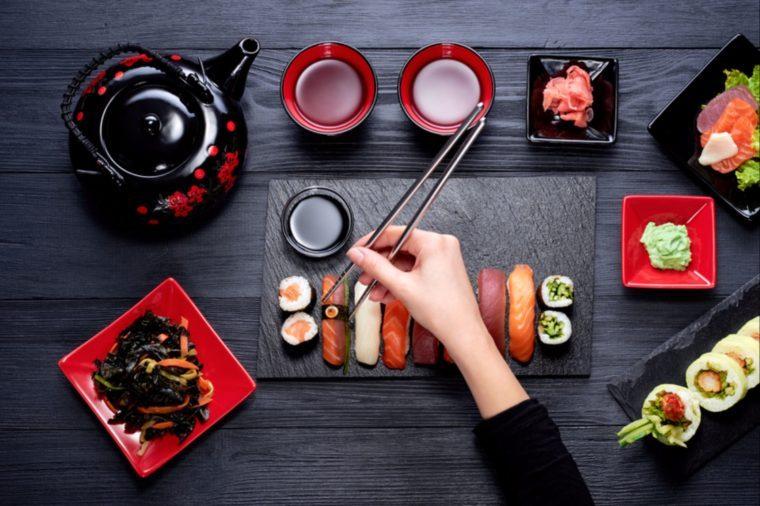 On mange les sushis dans un certain ordre.
