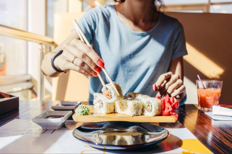 Ne frottez pas vos baguettes l'une contre l'autre quand vous êtes au restaurant japonais.