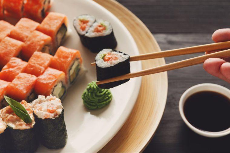 Ne servez pas les autres avec vos baguettes quand vous êtes au restaurant japonais.