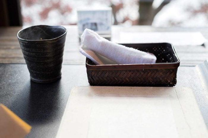 De nombreux restaurants japonais vous fournissent une serviette humide dès que vous êtes assis.