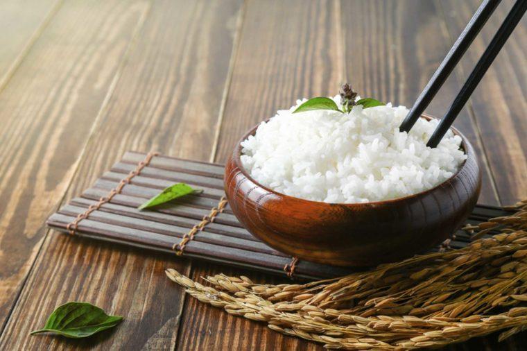 Ne piquez pas vos baguettes tête en bas dans le riz, parce que c'est un rituel de funérailles au Japon.