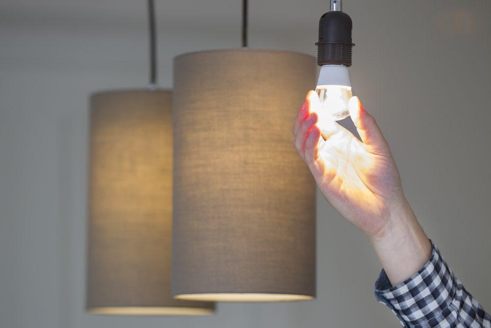 Améliorer la maison: changer les ampoules