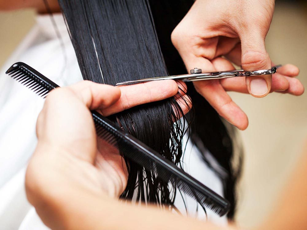 Offrez une bonne coupe à vos cheveux gris.