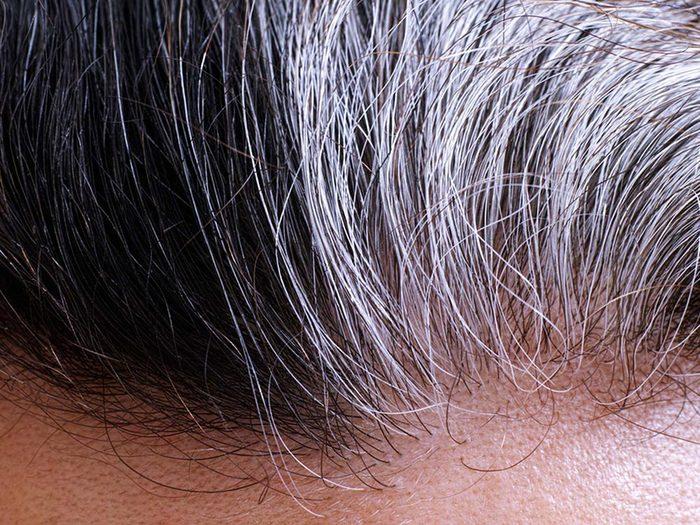 Faites preuve de patience avec vos cheveux gris.