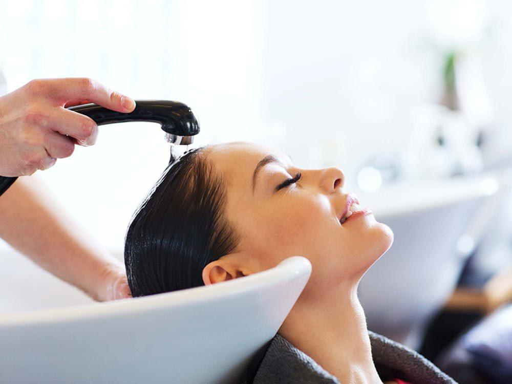 Optez pour un traitement en salon, pour vos cheveux gris.
